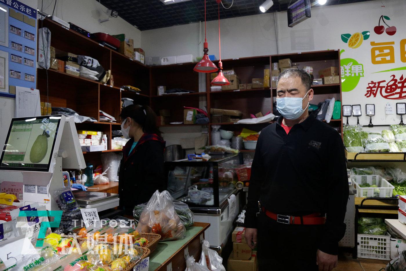 4月24日,北京大兴区黄村丽园路一家超市,老李在购物。