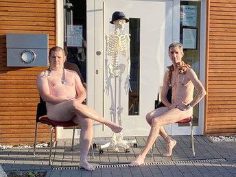【图集】德国医生拍裸照抗议个人防护装备短缺:没保护就像裸体一样