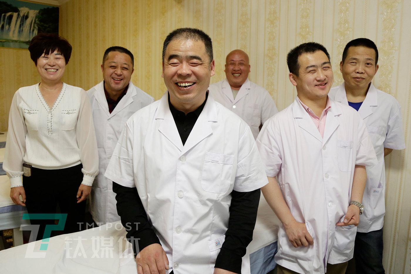 4月24日,北京,鑫缘堂盲人按摩店员工(左起:前台张姐、按摩师老姜、店长老李、小路、小朱、老张)。
