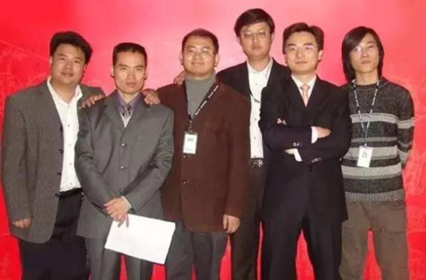起点中文网创始团队,从左至右依次为意者(侯庆辰)、黑暗之心(吴文辉)、宝剑锋(林庭锋)、藏剑江南(商学松)、黑暗左手(罗立)、五号蚂蚁(郑红波)