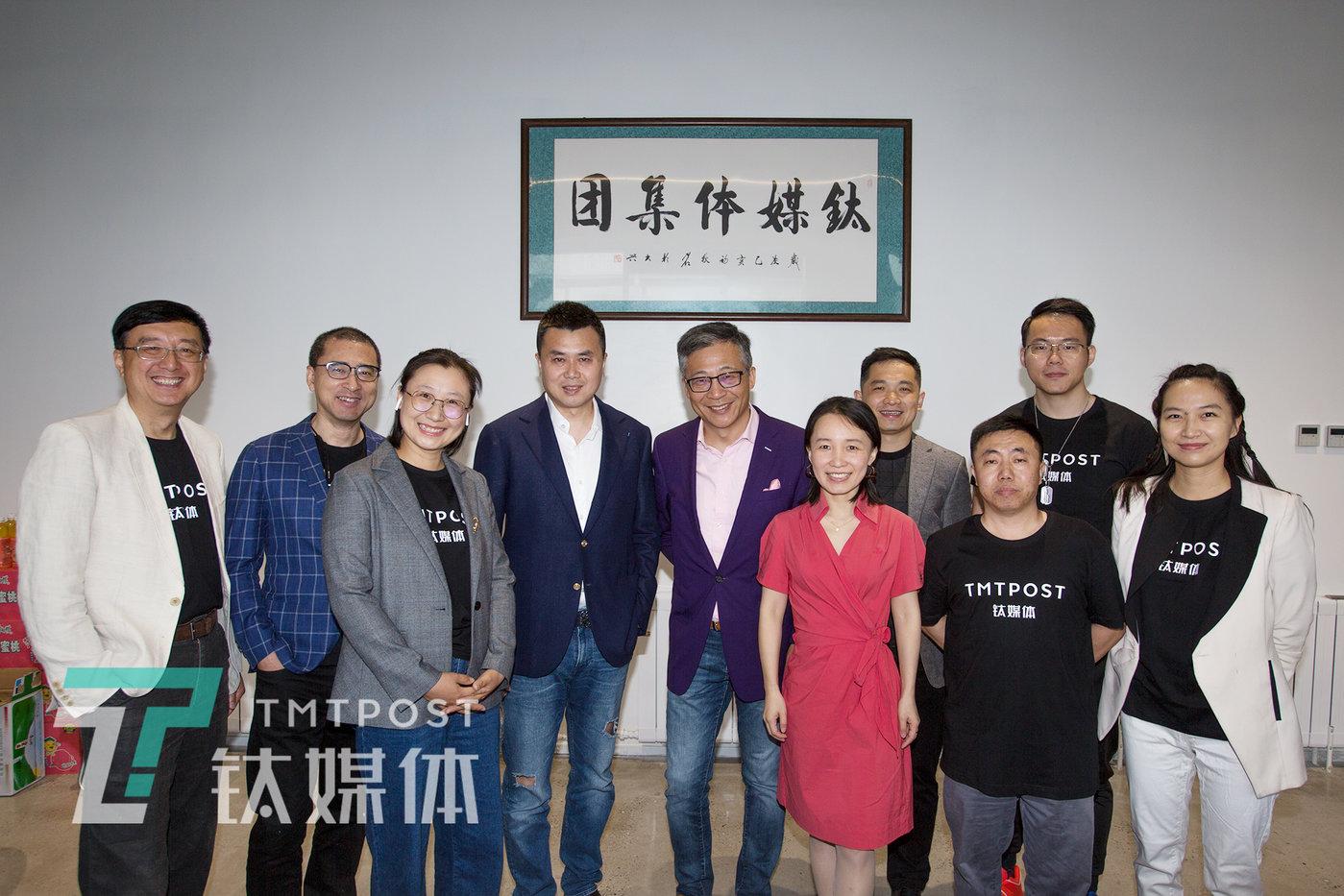 (图注:钛媒体高管团队和特别来宾凤凰网CEO合影刘爽;左四:刘爽,左五:杨锐,左六:赵何娟)