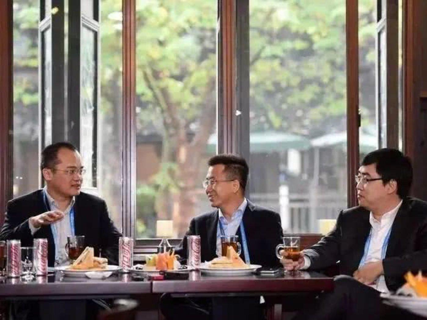 王兴(最左)和程维(最右)