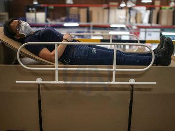 【钛媒体视频】 疫情下,哥伦比亚设计可回收纸板病床,病人去世当棺材用