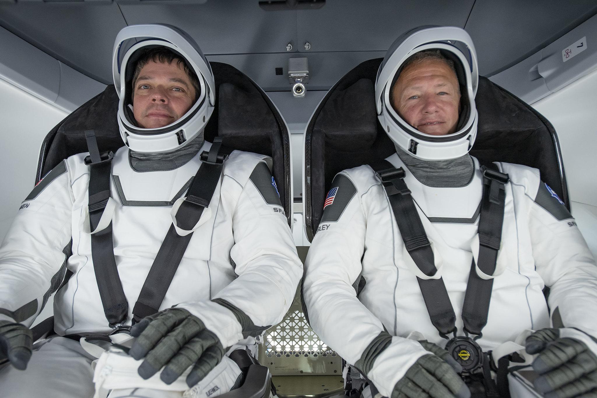 宇航员鲍勃·本肯(左)和道格·赫尔利(右)