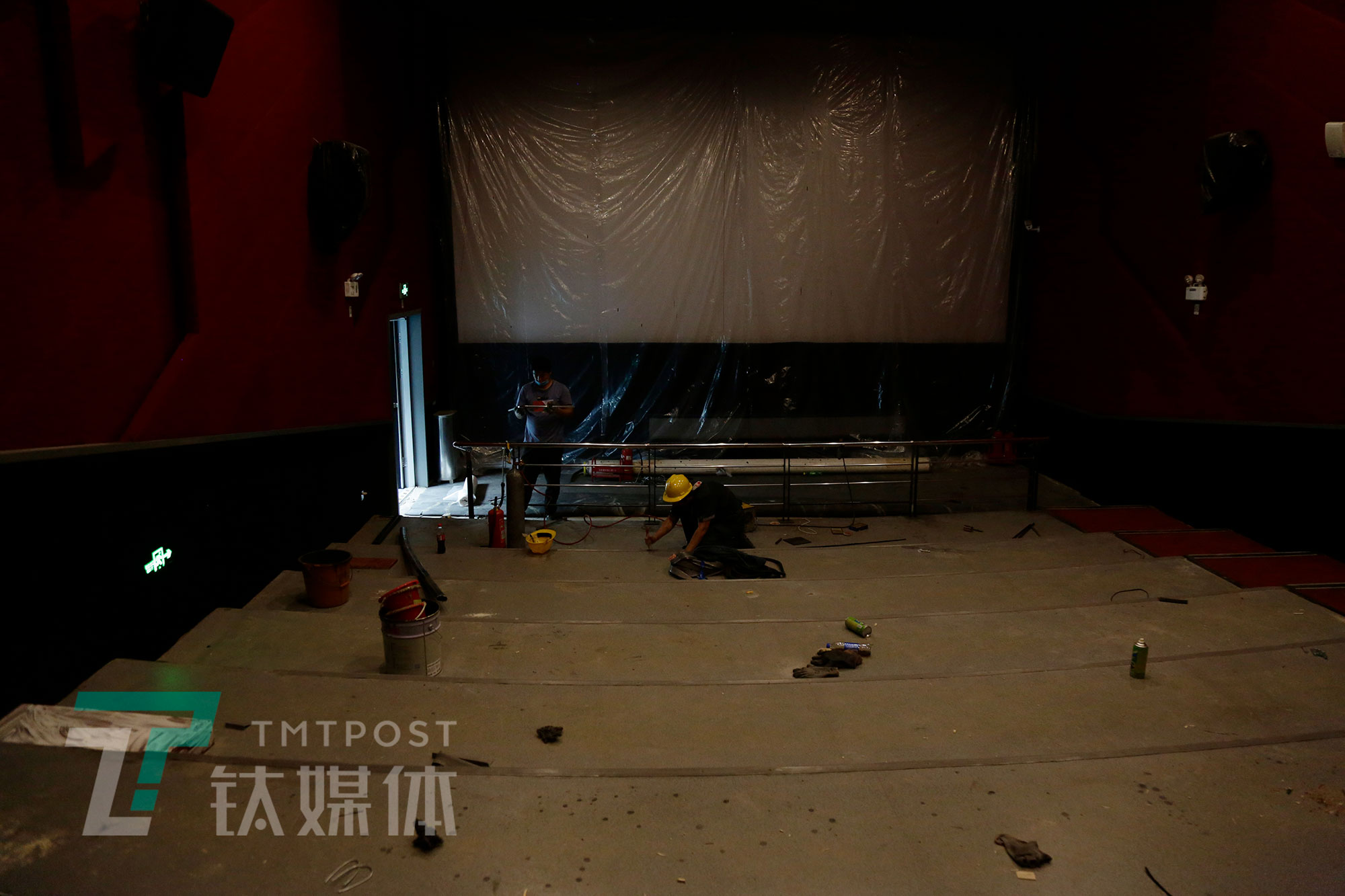 5月8日,北京,首都电影院(西单店),工作人员在对影厅进行翻新。