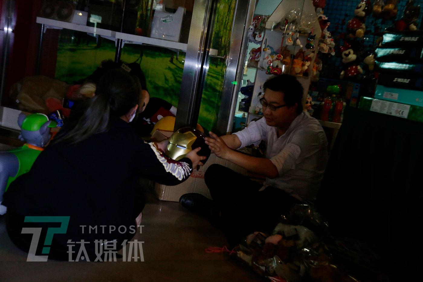 5月8日,北京,首都电影院工作人员整理衍生品库存。没有观众就没有票房,也就失去卖衍生品的收入、失去贴片广告的收入。