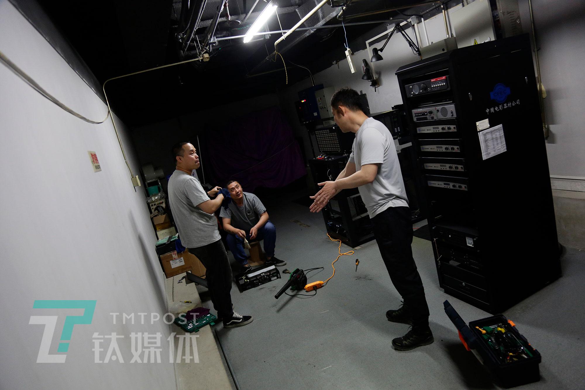 5月8日,放映部工作人员在调整仪器设备。