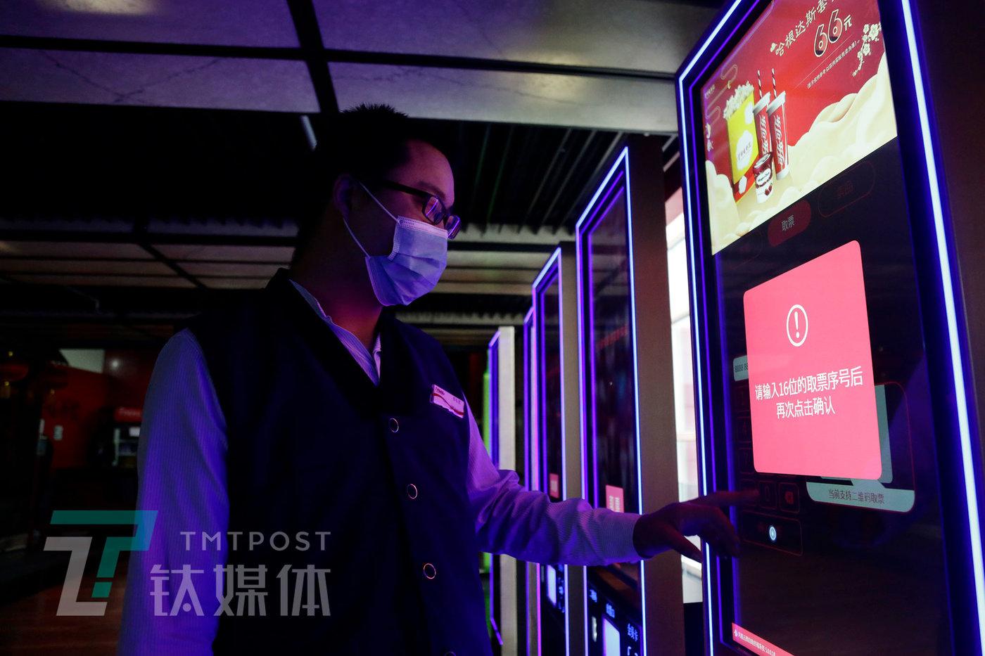 5月8日,工作人员在调试自助取票机。