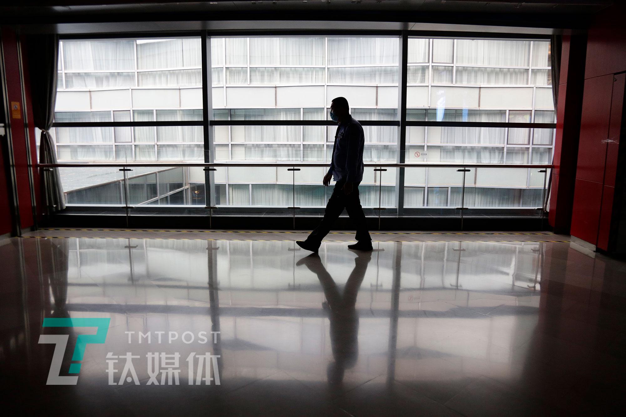 5月8日,北京,首都电影院保安人员巡检。