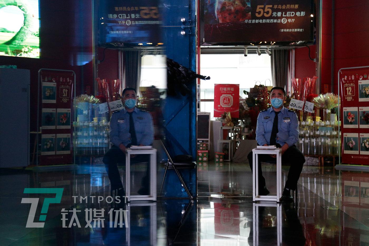 5月8日,保安坐在空无一人的大厅。