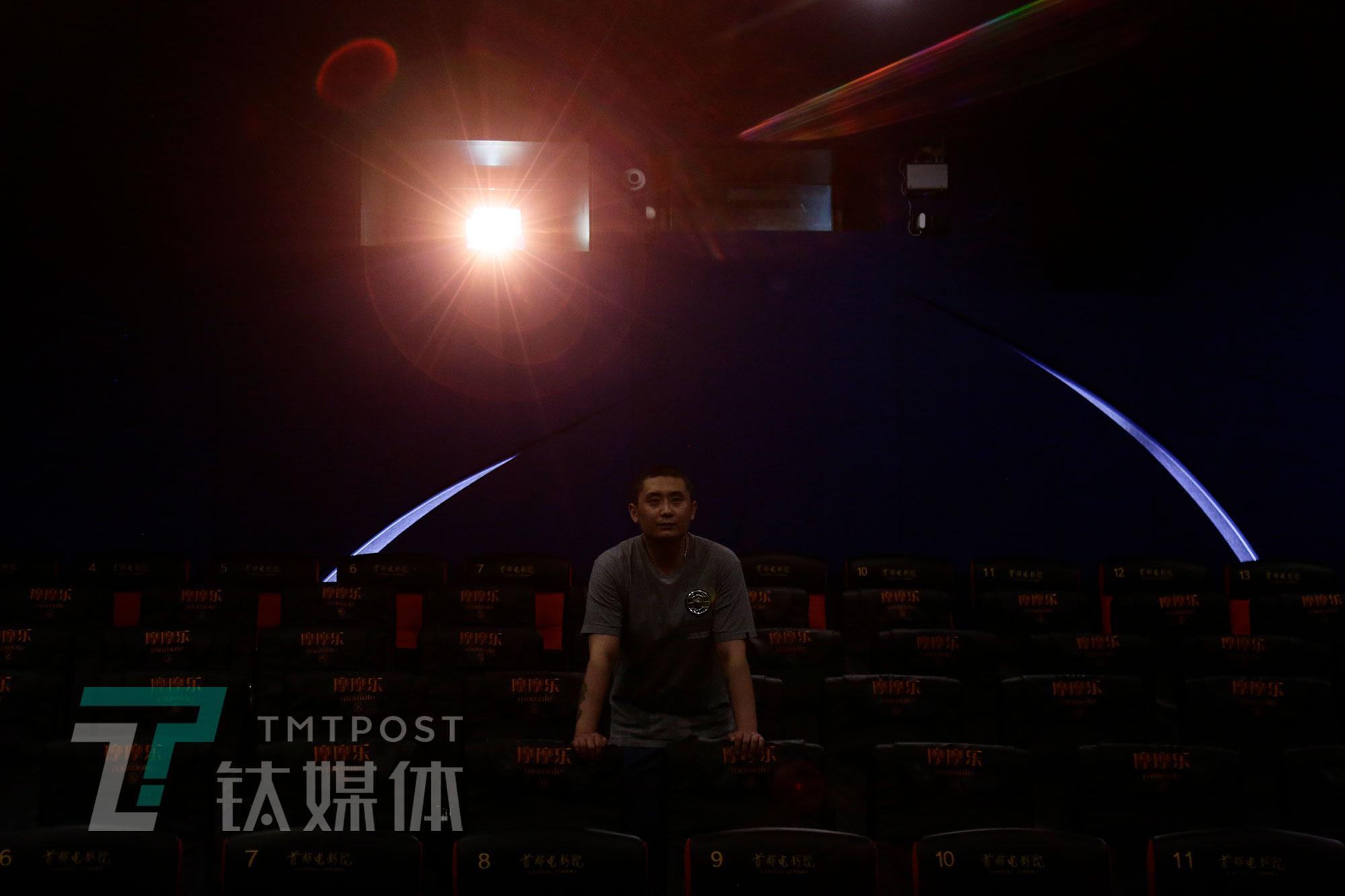 5月8日,放映员在影厅放映测试片检测设备。