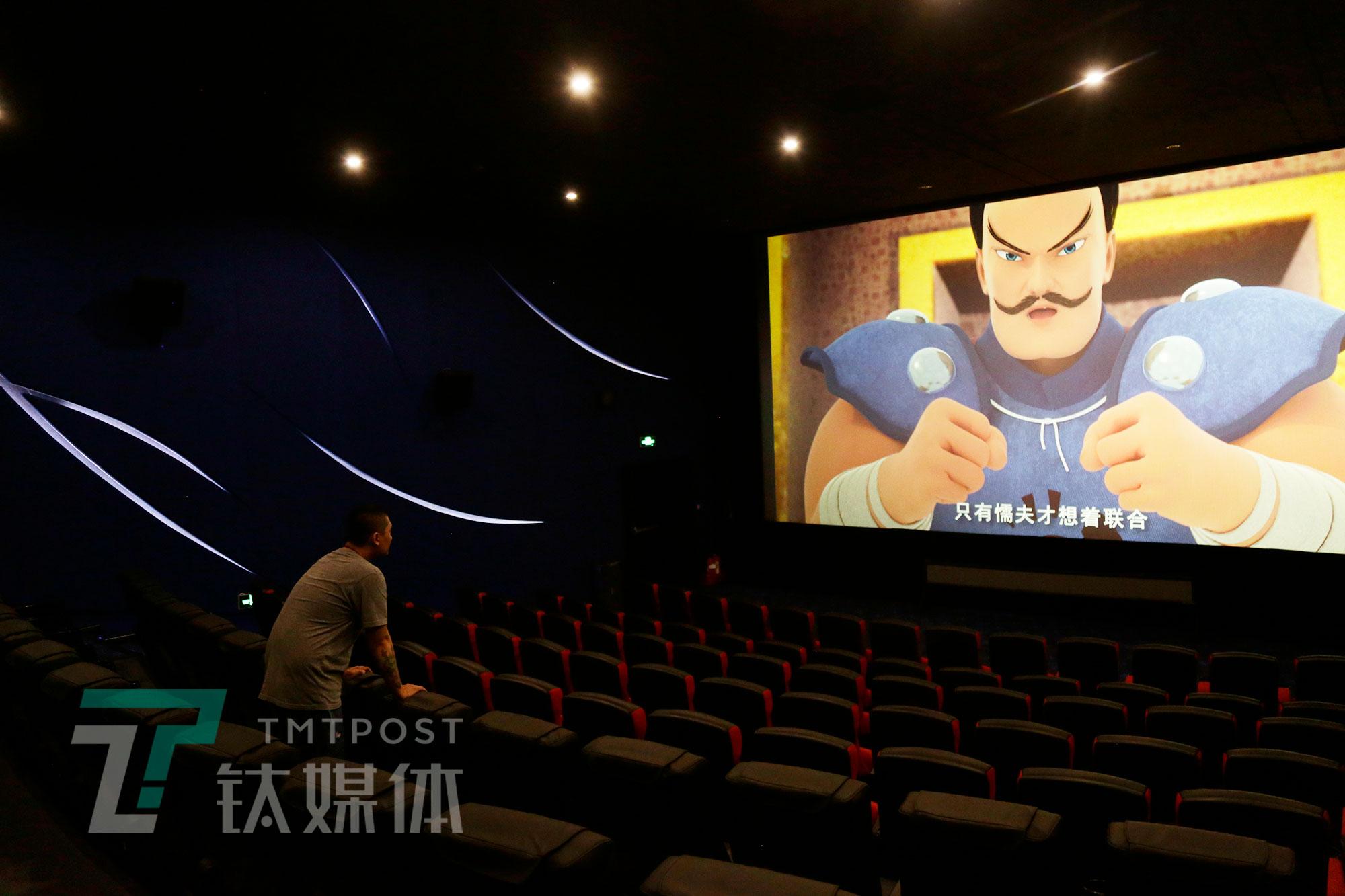 放映员在检测大荧幕。