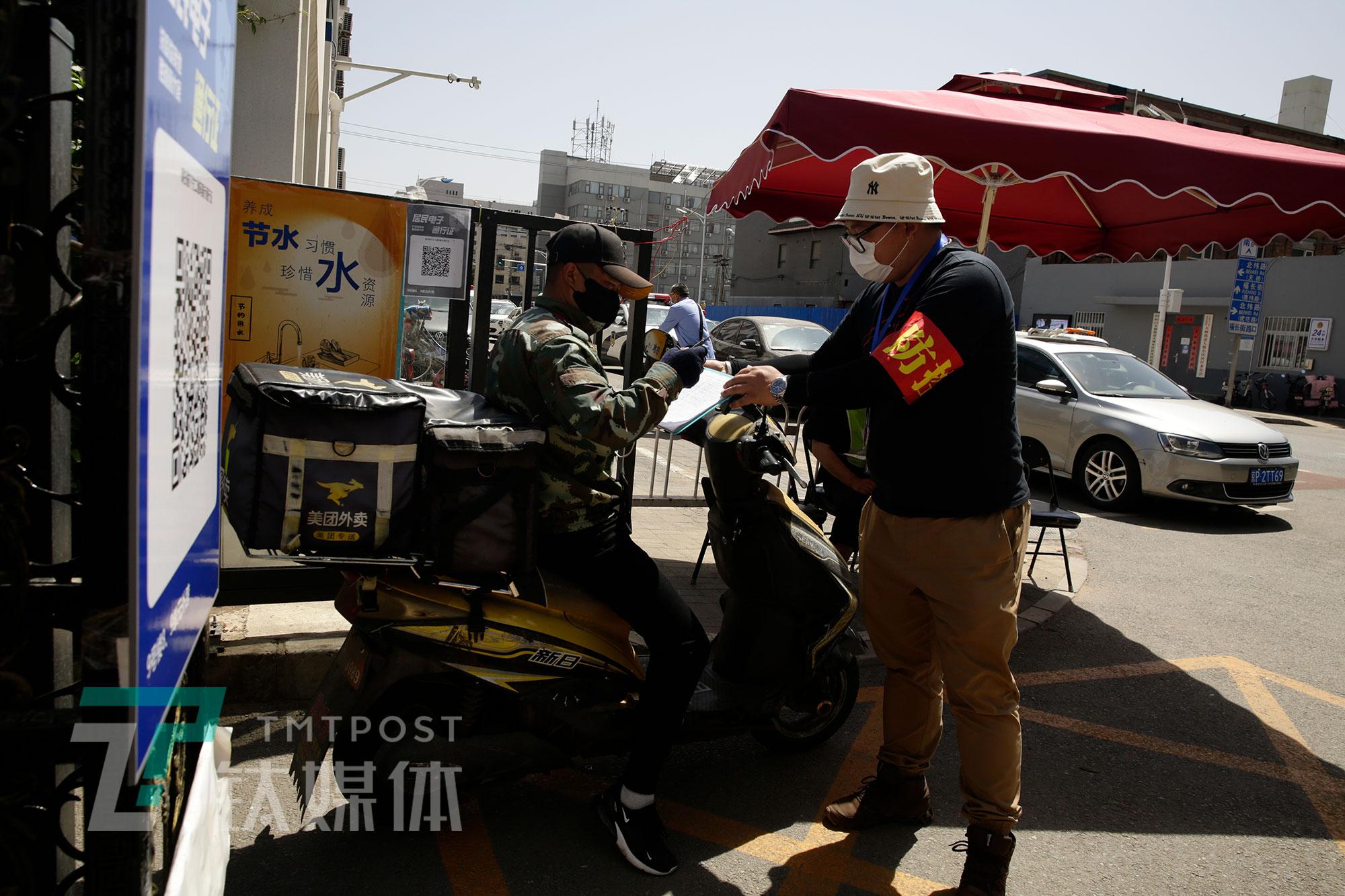 5月12日,北京西城区,首都电影院(西单店)市场部经理郭少迪在进行社区服务。