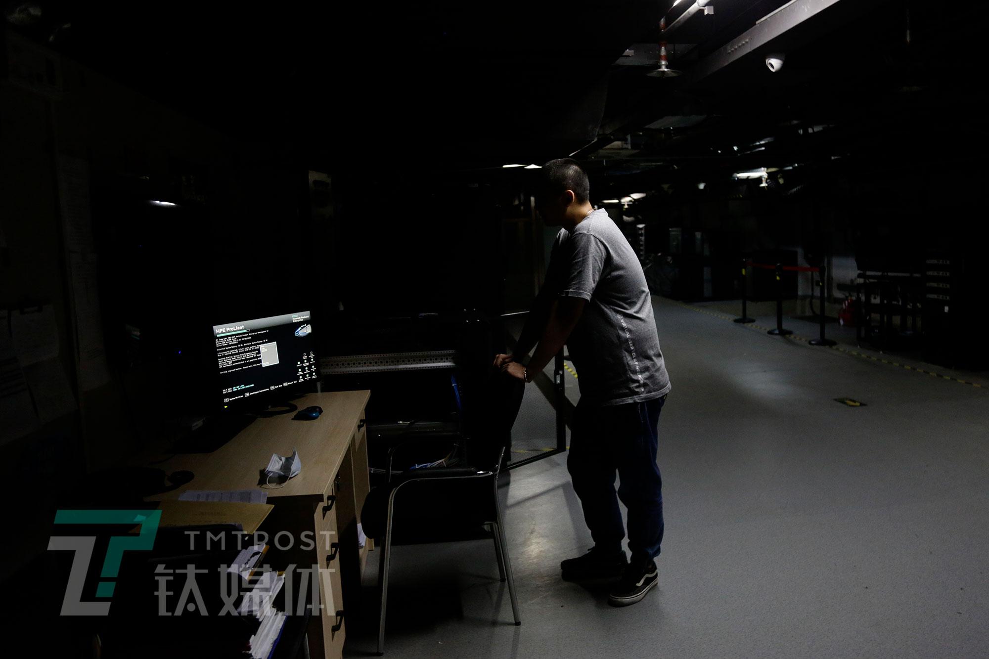 5月8日,北京,首都电影院放映部员工在放映室准备试片。