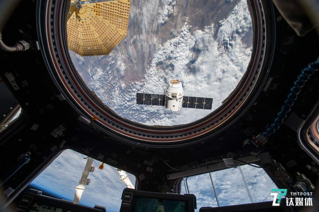 2016年龙飞船太空舱接近国际空间站图片(图片来源:NASA)