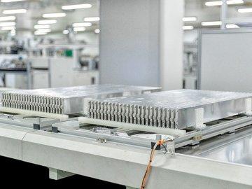 比亚迪刀片电池生产线首次对外开放,不怕针刺的电池是如何生产的?