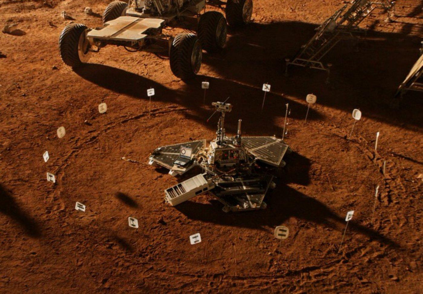 接收来自地球的信息 图/《火星救援》