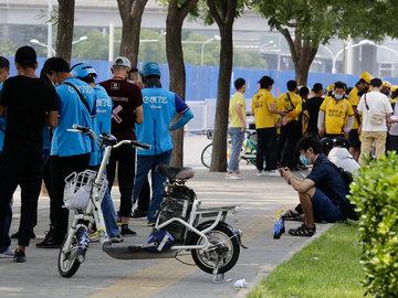 【钛媒体图集】北京:外卖骑手排长队等待核酸检测