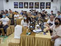 探访珠三角MCN培训课堂:工厂老板学直播卖货,应届毕业生想成李佳琦 | 钛媒体影像《在线》