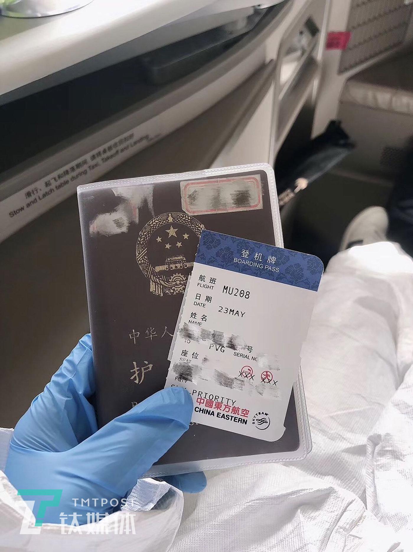 刷票2个多月后,登上东航多伦多飞往上海的航班,拍下辛苦得来的登机卡,留作纪念。