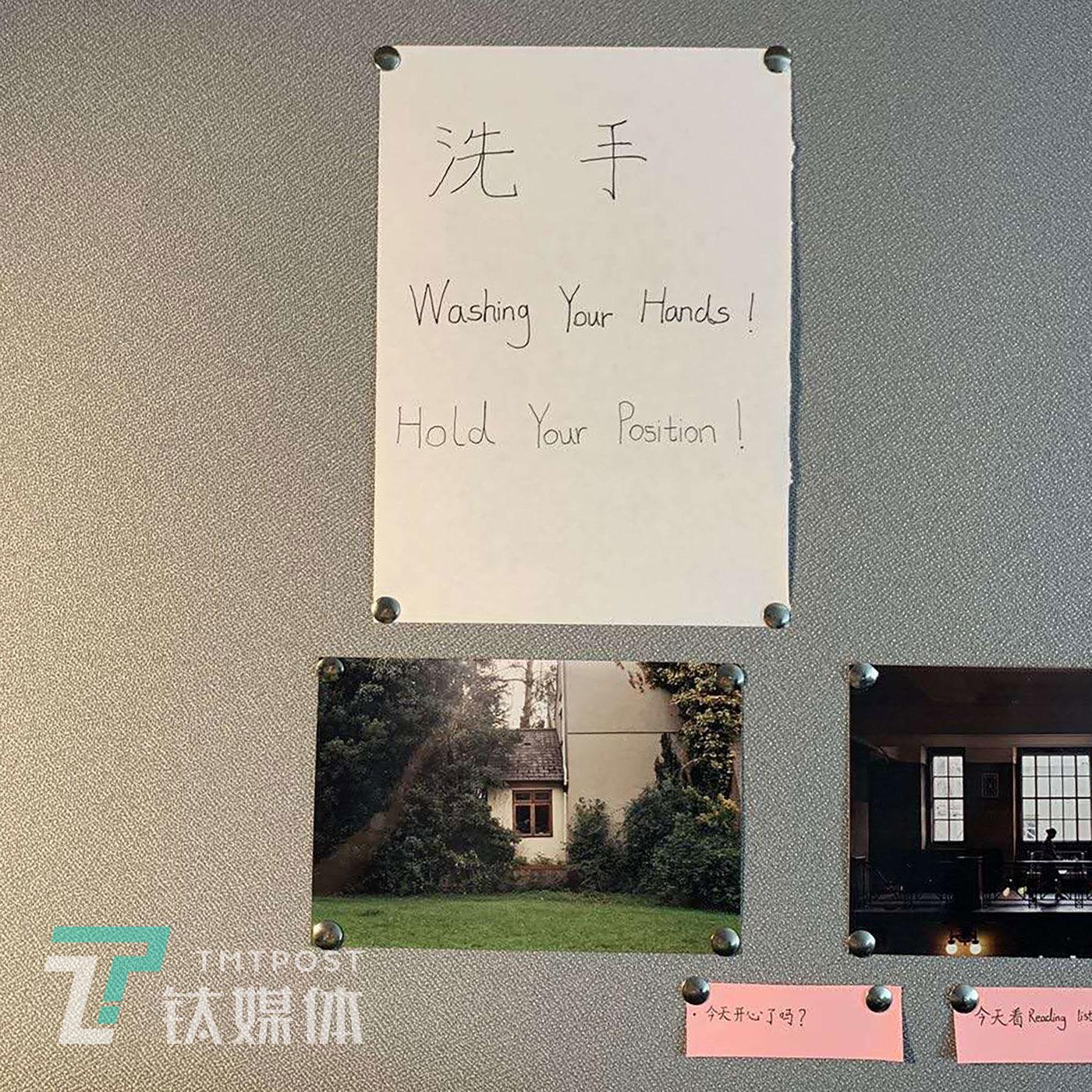 """郑东在墙上贴的小字条,不同字条上面分别写着:""""洗手!"""" """"今天开心了吗?"""""""