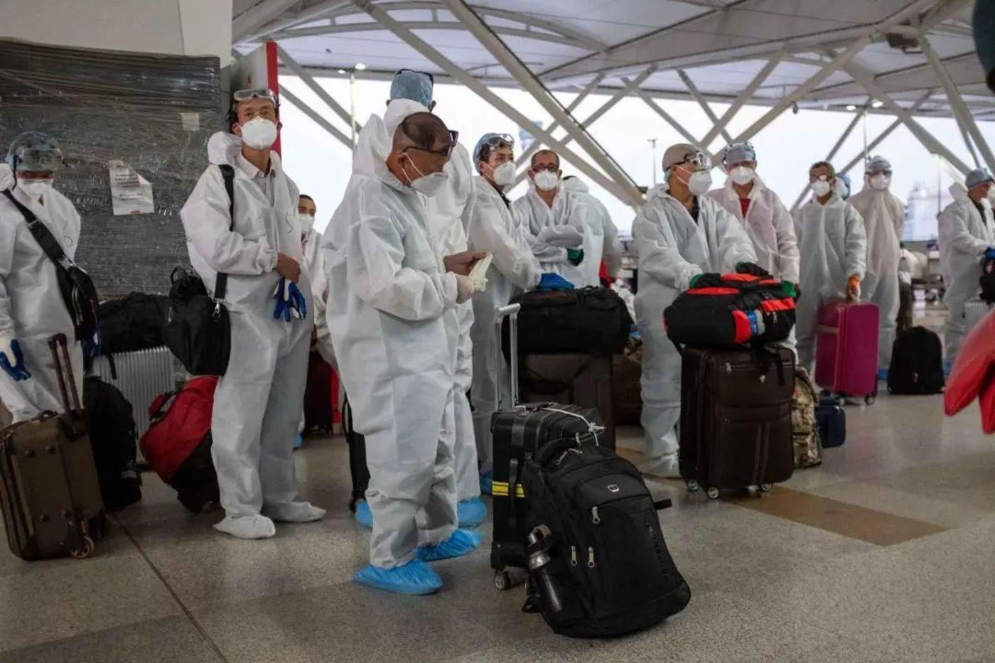 中国乘客等待登机/冯迪