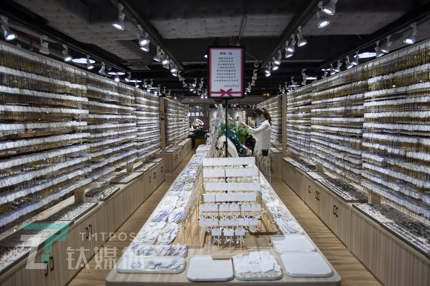 6月8日,广州市泰康饰品城8楼蜜丝诺儿饰品展厅。展厅1600平米,有10万款饰品现货,是一个供客户选款的批发市场。