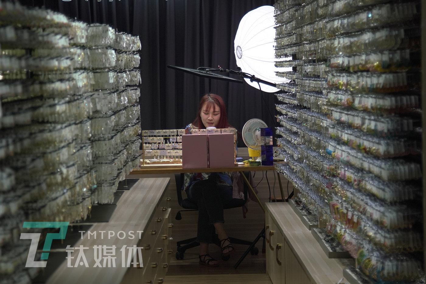 6月8日,蜜丝诺儿一位主播在直播中。