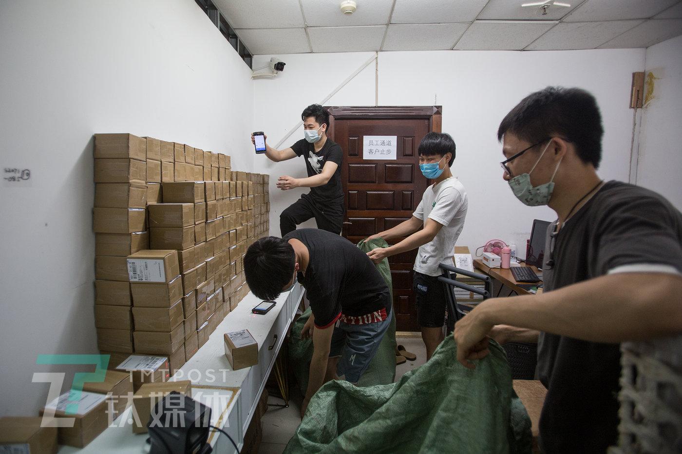 6月8日晚,快递员在蜜丝诺儿取件。
