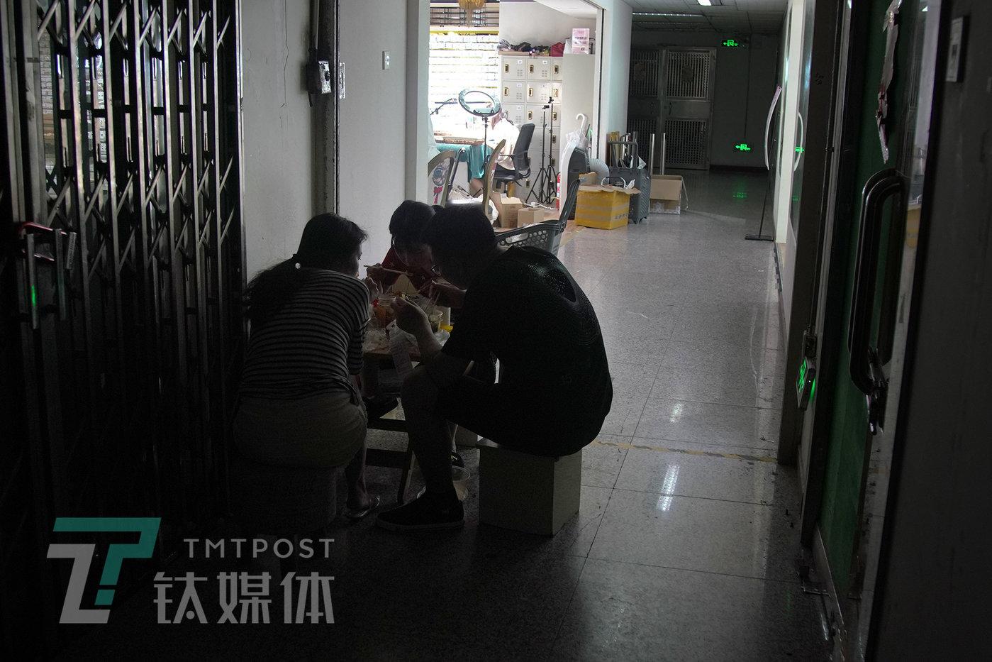 6月8日深夜,晓彤和团队伙伴在展厅走廊吃饭。