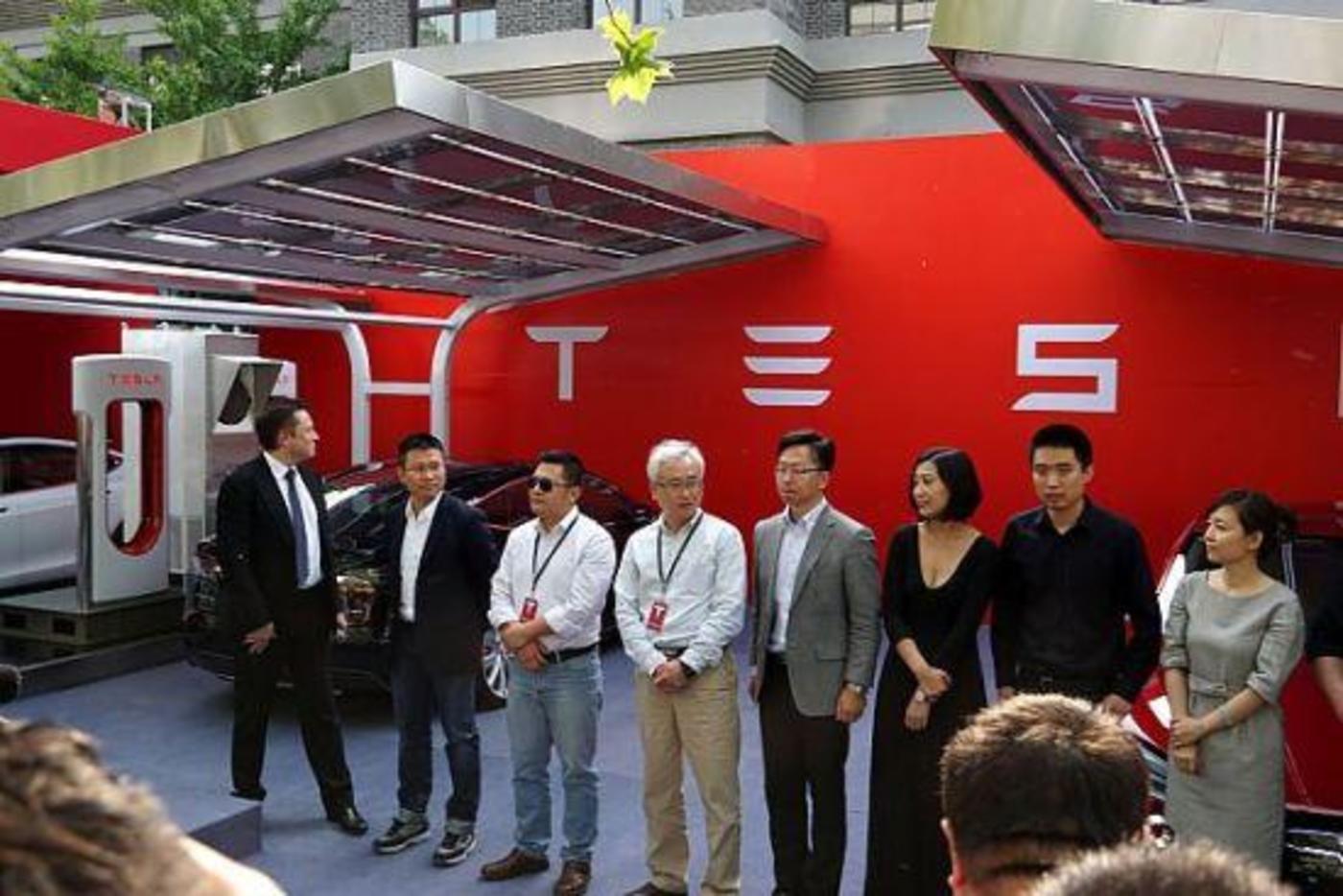 2014年,特斯拉举走中国首批车主交车仪式 马斯克到场参添