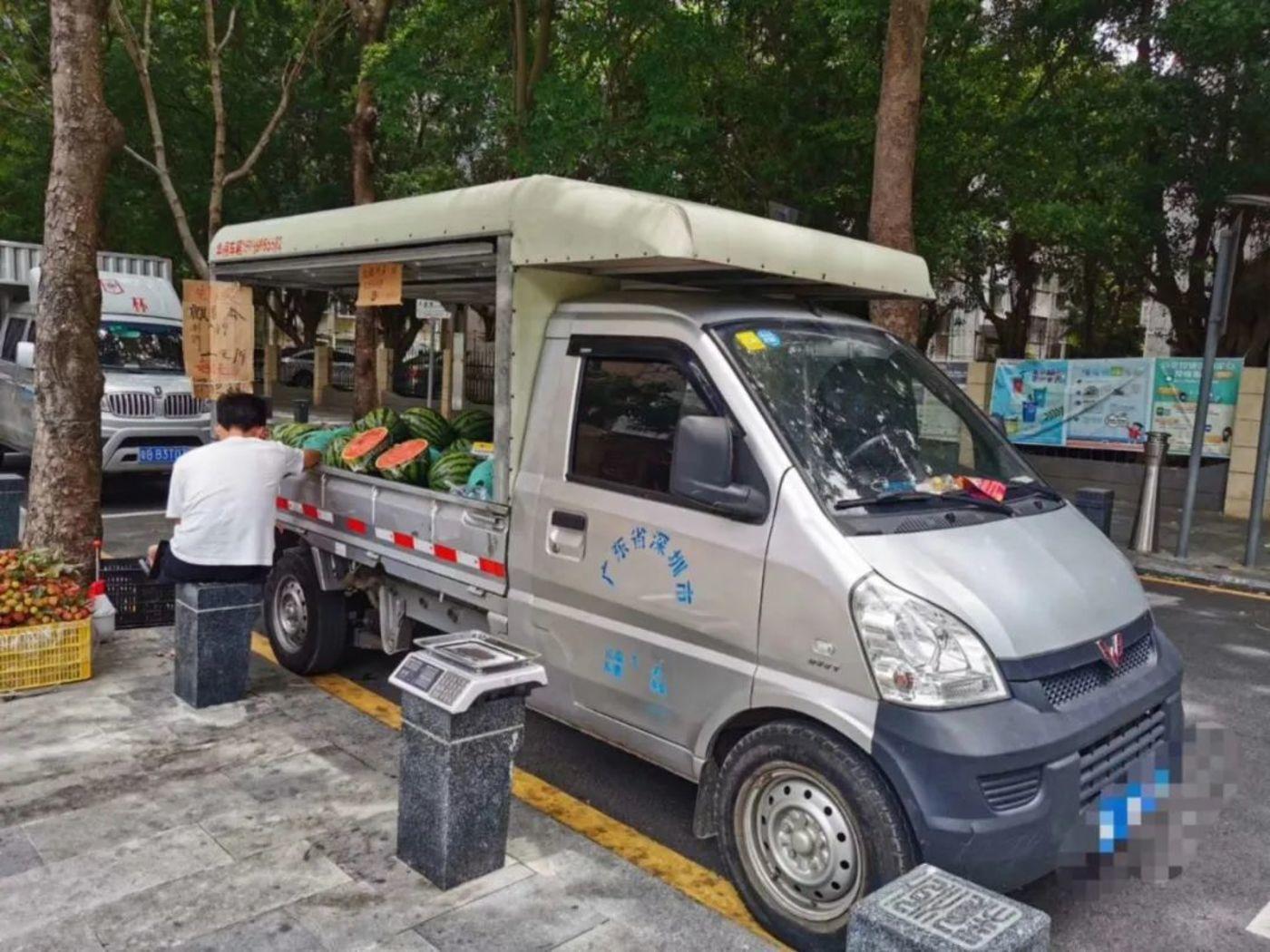 摄于深圳街头,一位用五菱货车摆摊的小贩
