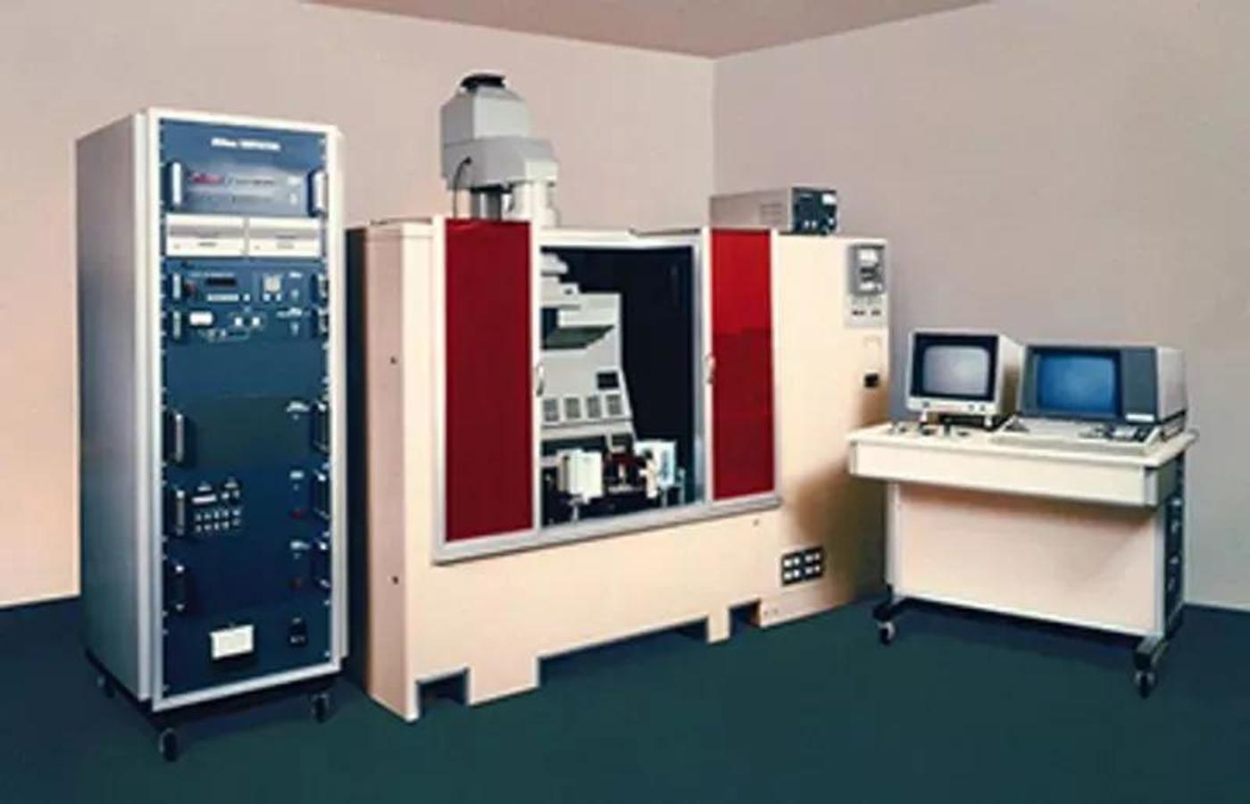 (尼康1980年推出的光刻机NSR-1010G)