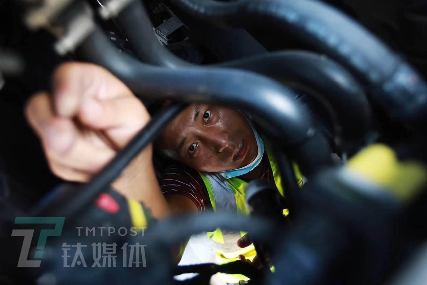 G7工程师正在一台沃尔沃挂车头上安装双防设备