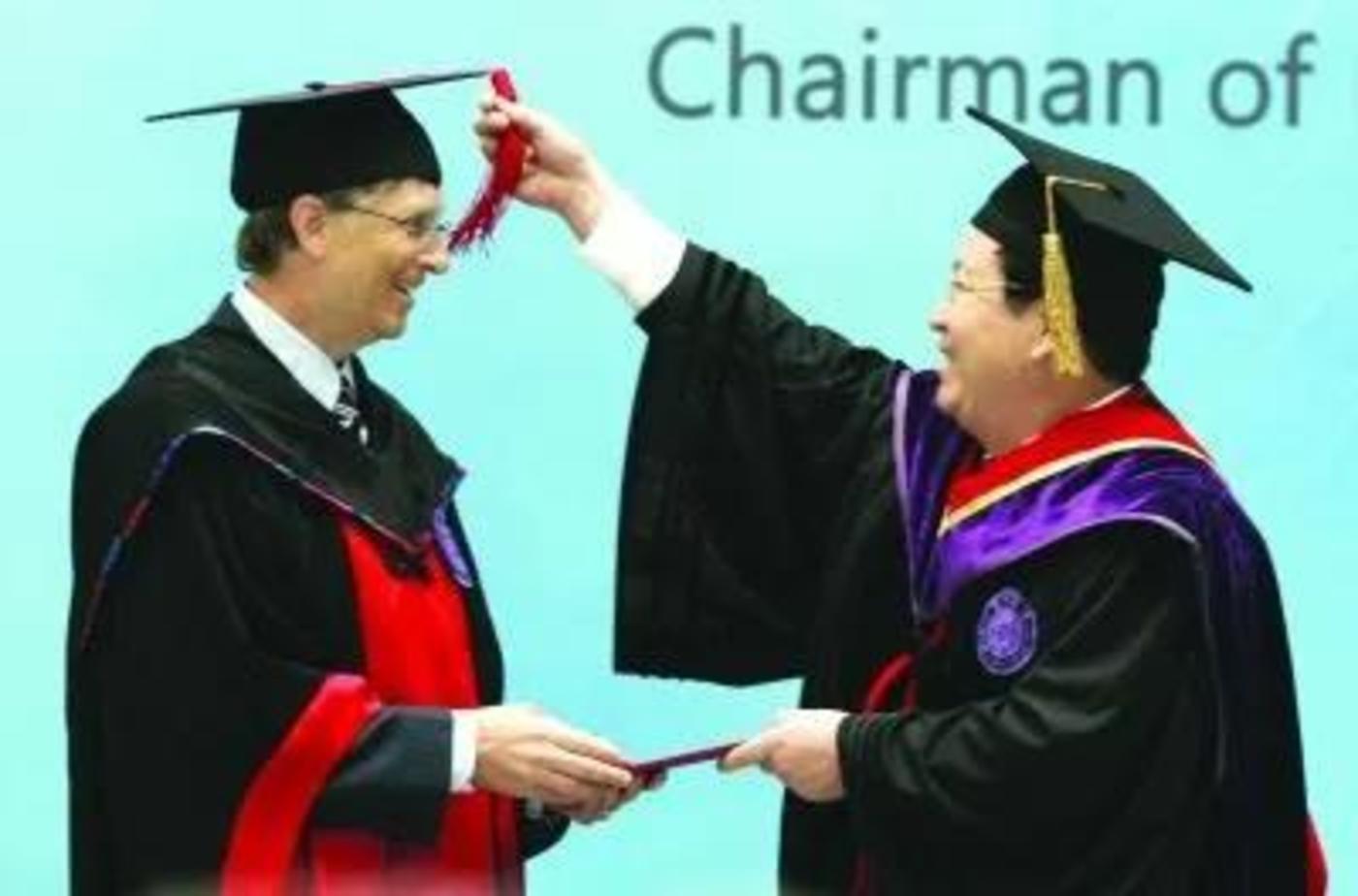 2007年,比尔·盖茨十次访华,被清华大学授予名誉博士学位