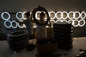 【图集】探访直播灯工厂:订单暴涨,客户上流水线抢货
