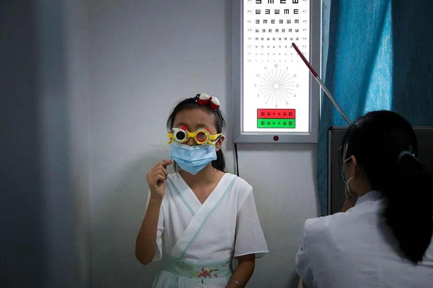 △8月26日,临近开学,众多家长带着孩子到眼科就诊。来源:视觉中国,作者:王中举(河南分社)/中新社