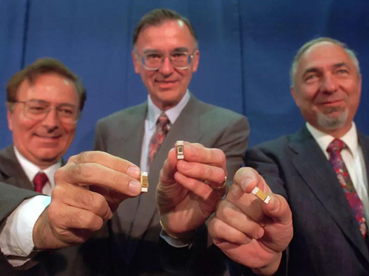 Federico Faggin,Ted Hoff和Stanley Mazor手持英特尔4004处理器在国家发明家名人堂,1996年