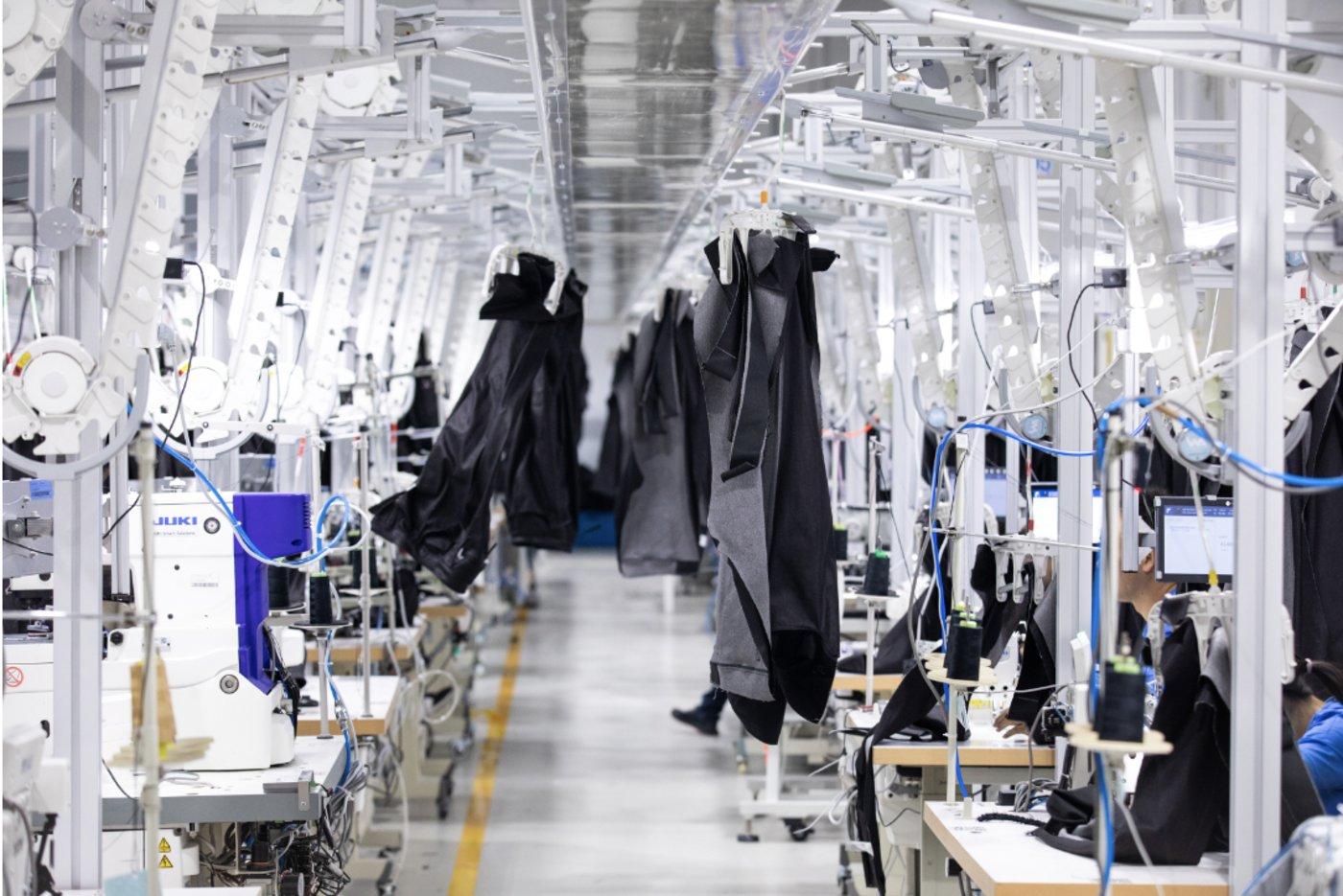 """(图:""""犀牛工厂""""首创""""棋盘式吊挂"""",可将吊挂衣架自动分配至相对空闲的工位,解决吊挂单向流转、容易拥堵的问题。)"""