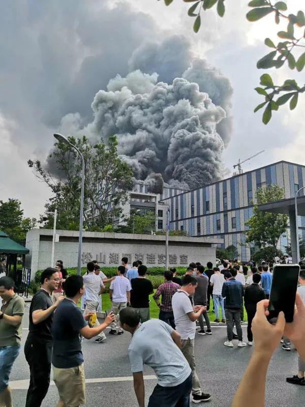 网传华为实验室起火,东莞政府回应:系在建项目,无人员伤亡 | 钛快讯