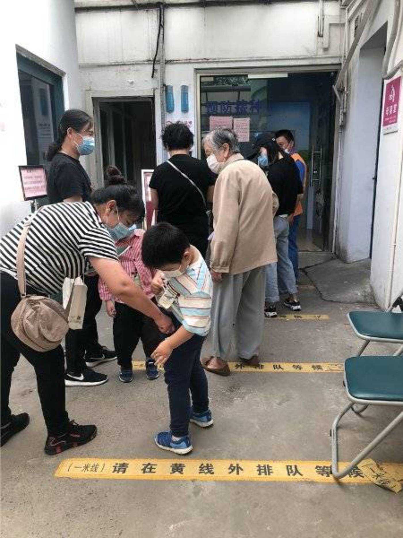 △9月25日,上海浦东新区周家渡社区卫生服务中心,居民排队接种流感疫苗。吴晔婷摄