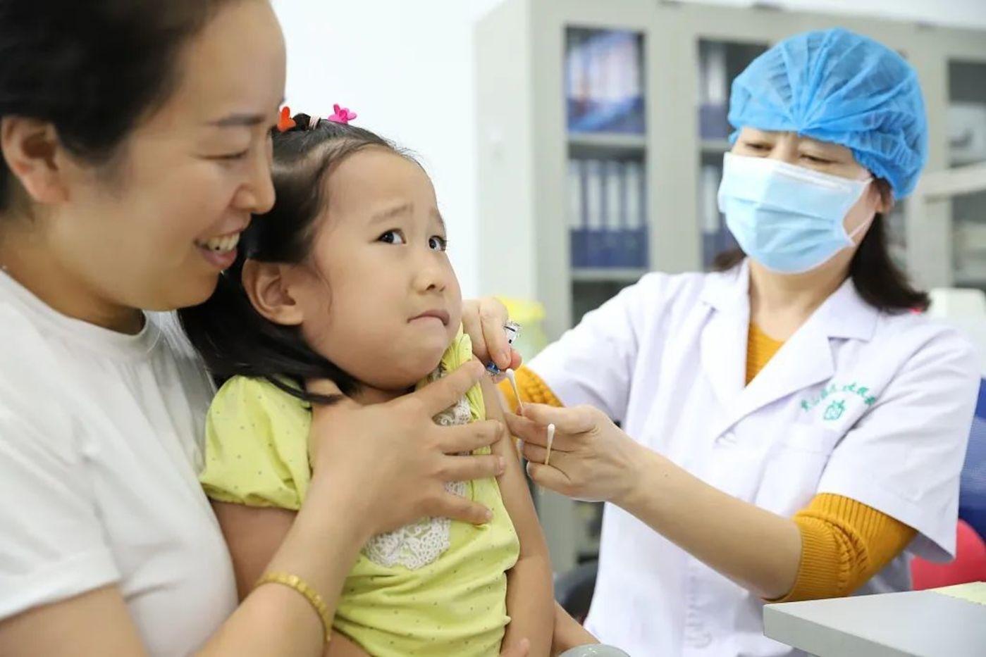 △9月23日,山东邹平,小朋友接种流感疫苗。来源:视觉中国