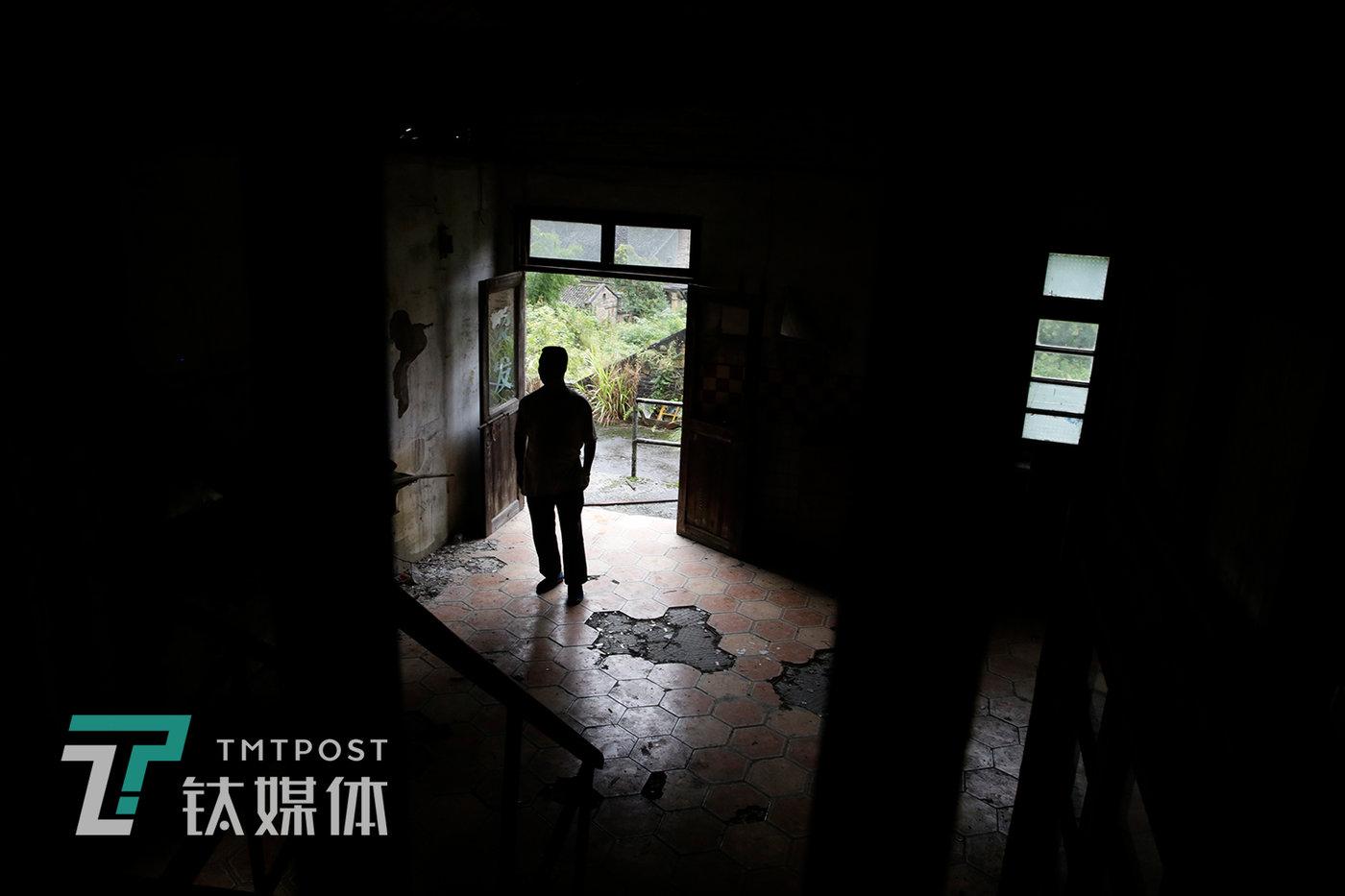 杨世贵在矿区办公楼巡查。