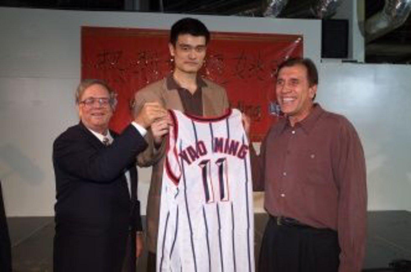 姚明2002年被休斯顿火箭队选中