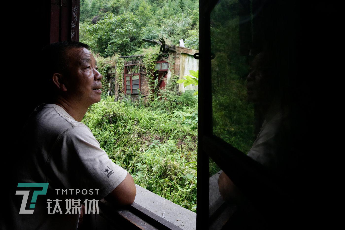 守矿人杨世贵准备出门巡查。