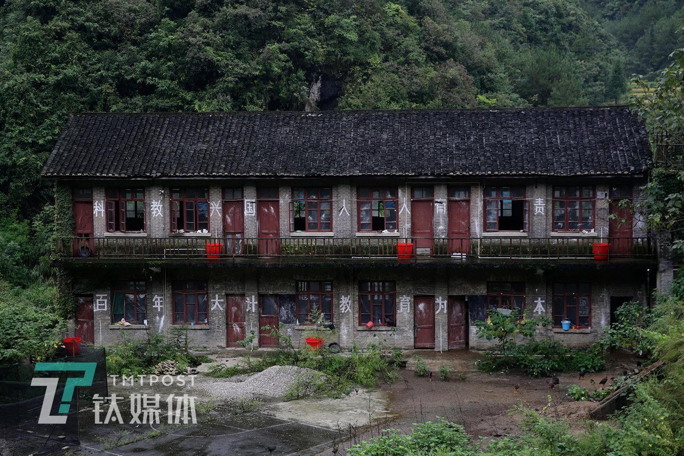 汞矿内的子弟学校旧址。