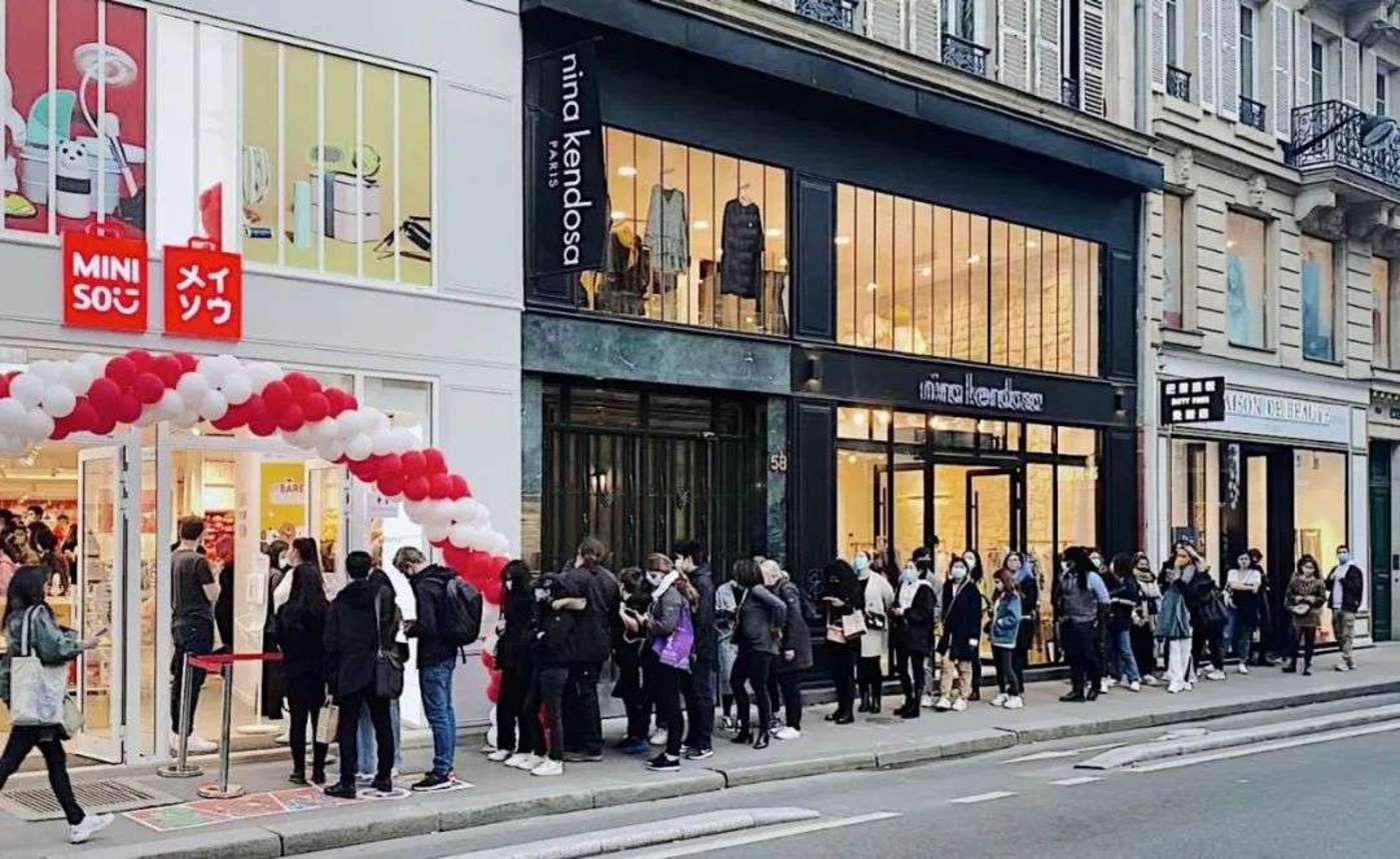 名创优品法国巴黎首店开业,位于老佛爷百货旁边
