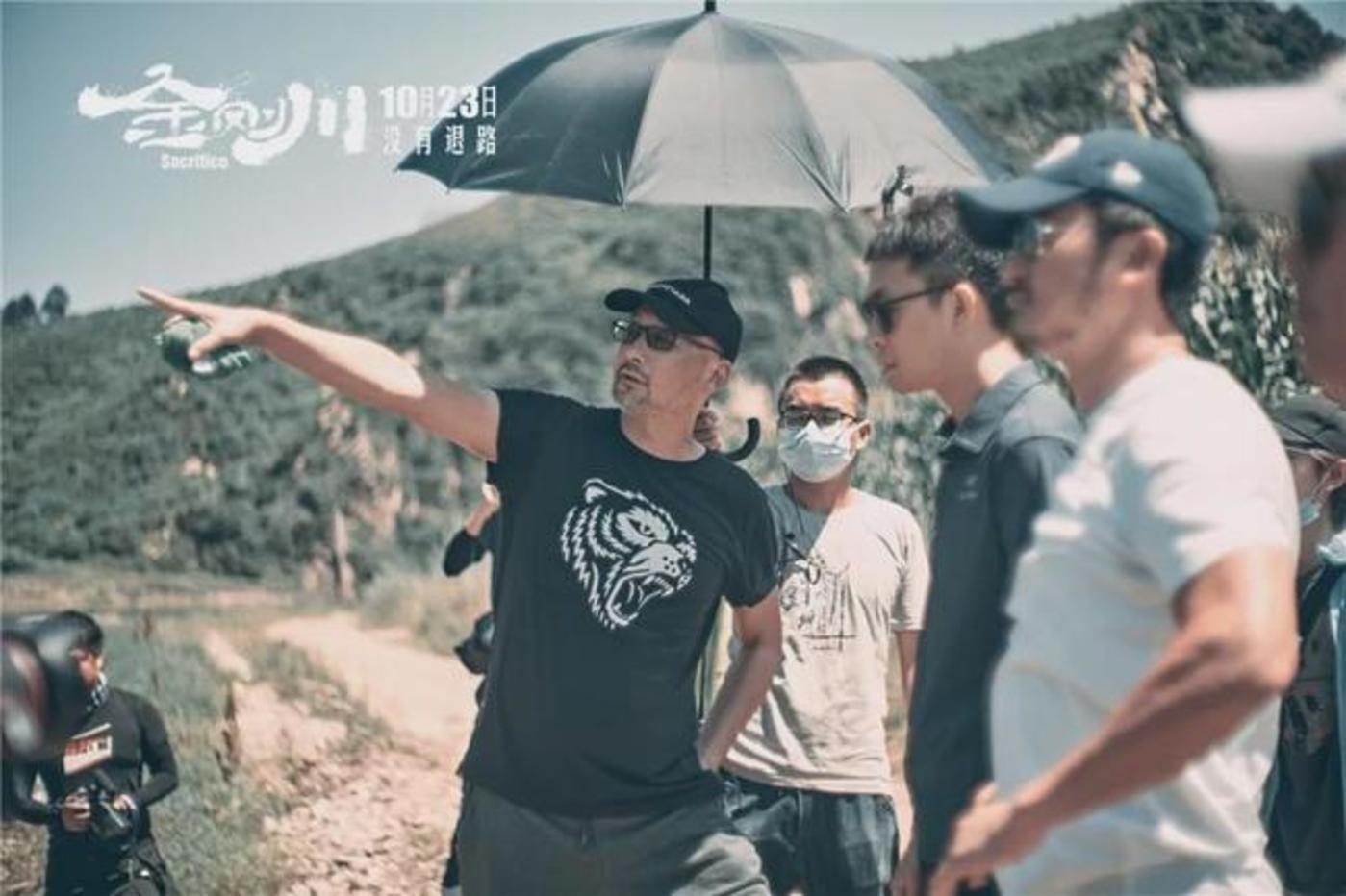 管虎导演和张译、吴京