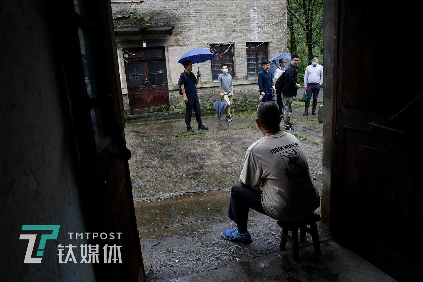 9月CC日,一众媒体人到汞矿参观,杨世贵跟他们打招呼。杨世贵听说矿区会搞旅游开发,他很高兴,希望自己将来也可以变身为汞矿区导游为游客介绍这里。