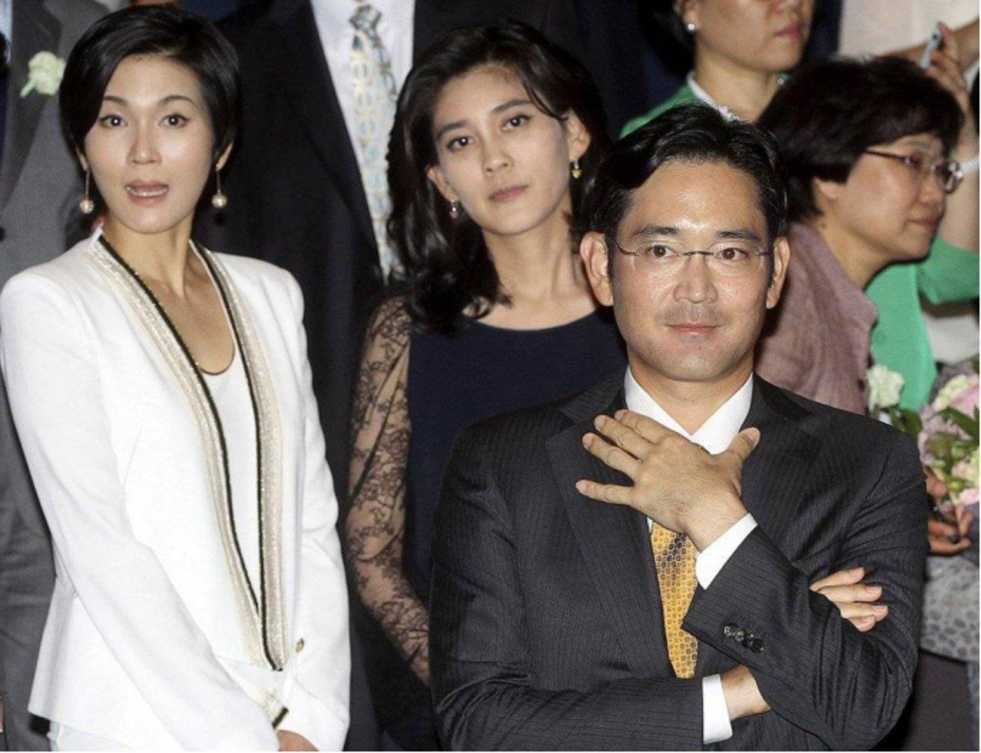 从左至右分别是二女儿李叙显,大女儿李富真,长子李在镕